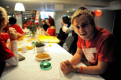 Vestfold AUFs leder, Martin Bast Sørsdal fra Sandefjord, er en godt fornøyd mann på valgvaken i Tønsberg. Han får fast plass i fylkestinget og Arbeiderpartiet vokser. FOTO: ANDERS MEHLUM HASLE