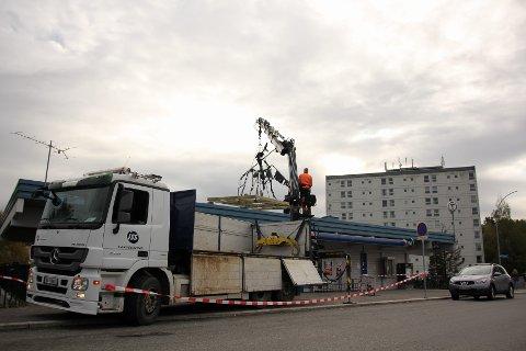 Don Quijote ble heist opp på Narvesen av denne kranbilen.