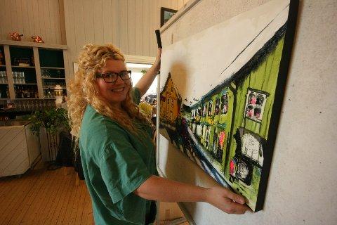 Lara Sand solgte bilder med motiver fra Drøbak. –Å bo i Drøbak er som å bo i et museum, sier kunstneren.