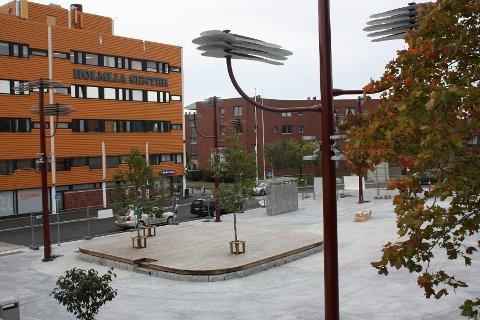 FERDIG: Det nye torget utenfor Holmlia senter er ferdig, men den offisielle åpningen er utsatt til november. Foto: Arne Vidar Jenssen