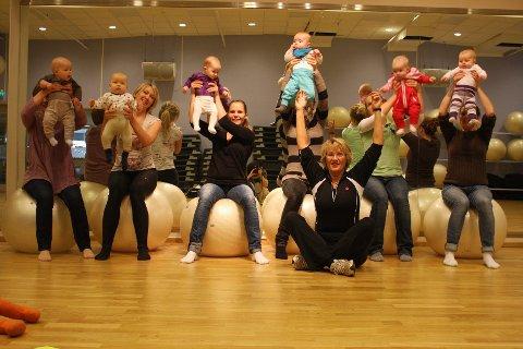 LEK, SANG OG MORO: Hoppe sa gåsa, ballbevegelse og massasje er blant tingene som står på tur når seksmødre og seks babyer møtes til babygym ledet av fysioterapeut og instruktør Nina Kjærnes (50) på Elixia Lambertseter.