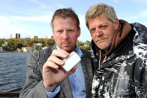 Rune Jensen (til høyre) er evig takknemlig for at svogeren – Roger Iversen – overtalte ham til å kjøpe en GPS-tracker dagen før han forliste. Den førte til at letemannskapene gikk rett på stedet der båten gikk ned. I tillegg brukte Jensen og hans kamerat seilervester.  Foto: Olaf Akselsen