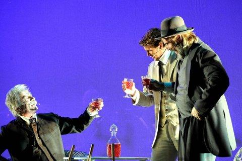 TEATER: Skuespillerne fra Teater Ibsen skulle mellom musikkstykkene visualisere de tre pianistenes møte på Troldhaugen. Foto: Per Langevei