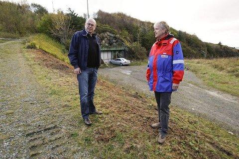 OPPSTART: Prosjektleder Olav Heimdal (t.v.) i Haugesund kommune og distriktssjef Odd-Egil Djøseland i Kruse Smith samarbeider om det nye kloakkrenseanlegget. Det skal bygges i og foran denne åskarmen.