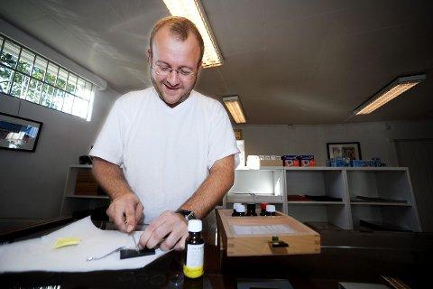 Thomas Remmem er opptatt av å ta med kundene på hele prosessen i gullsalget. Han viser dem derfor kunden hva smykkene blir til og lar de være med på testing og veiing fremme på disken.