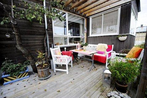 Da Anne Lise Innbjør kjøpte funkishuset for ti år siden var det rødt. I dag er huset kledd med vakker sibirsk lerk.