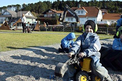 Skal bli som dem: Sander Emil Jøsang Bø (5) er ikke i tvil. Han skal bli som gutta i Vassbakk og Stol – gravemaskinfører.
