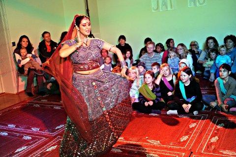 BOLLYWOOD: På Barnas verdensdag kan du blant annet lære deg å danse som denne damen. FOTO: OLE KR. TRANA