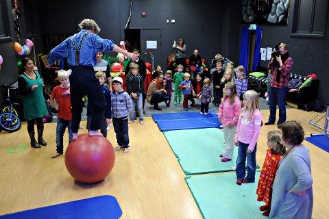 SIRKUS: Her kan barn og voksne sette balansen på prøve. FOTO: Ole kr. Trana