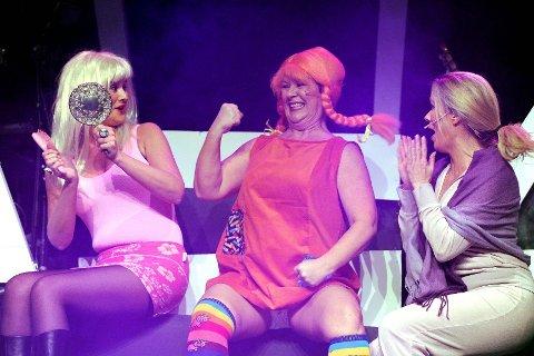 Barbie (Elisabeth Reiersen) og Pippi Langstrømpe (Vera Engebakken) tar del i terapitimen til den innlagte pasienten som virkelig må ta pillene sine, Unni Kvalsvik.