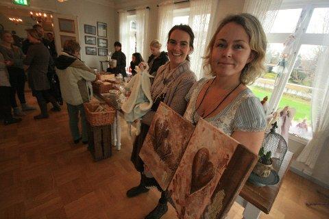 Marianne Askatrud og Pia Sandsmark hadde lørdag stor suksess med sitt julemarked.  – Dette var meget velykket, stråler de to mens de viser frem noe av det de har til salgs.