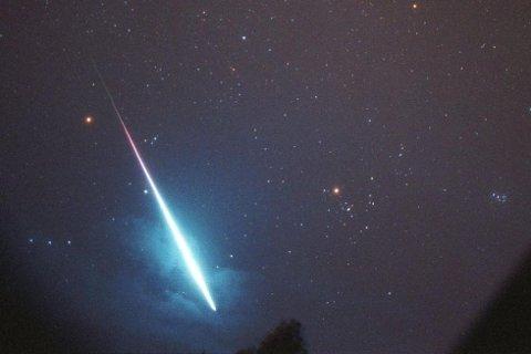 Astrofysiker Knut Jørgen Røed Ødegaard trenger din hjelp til å finne ut hvor meteoren landet. Dette bildet er av en kraftig metoer som var synlig over Sør-Norge i 1999.