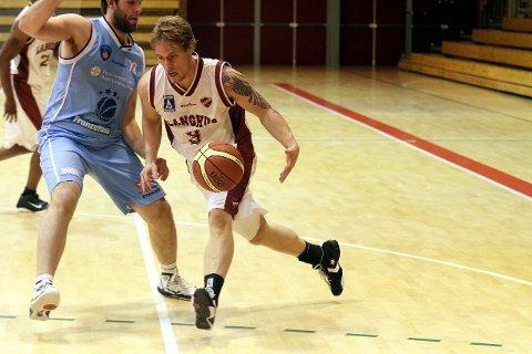 Are Hagen Kristiansen prøver seg mot Bærums 197 centimeter lange Bjørnar Andreassen, men Langhus Basket måtte nok en gang gi tapt for overmakten.