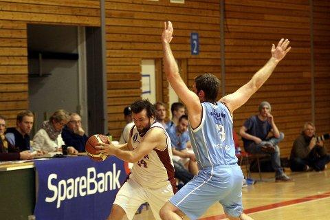 FULL STOPP: Olaf-Nicolay Henriksen blir liten mot 198 centimeter lange Filip Sjöström på Bærum Basket.