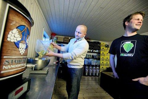 VIL GJENSKAPE TØNSBERG-ØL: Torgny Olai Carlsen og bryggemakker Jahn Robert Andersen, tok i år sølvmedalje i NM for hjemmebryggere. Nå har det blitt en besettelse for de karene i mikrobryggeriet i Stokke å finne oppskrifter og ingredienser til et av Tønsberg bryggeris øl.Foto: Peder Gjersøe