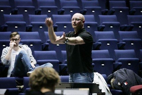dirigenten: Sverre Stakston Olsrud er konsertorkesterets faste dirigent, også gjennom «Chess».