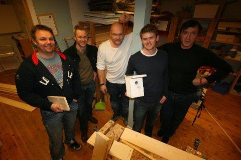Stein-Rune Robertsen, Arne Lorvik, Ulf Eriksen, Marcus Nøstdahl og Pascal Louis Arcari viser frem en modell av fuglekassa som skal selges på årets julemarked.