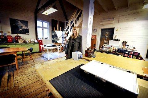 Når Gunilla går ut i atelieret noen meter unna huset, er det langt nok til å føle at hun «går på jobb».
