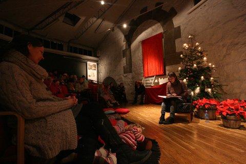 Julie Winge leste blant annet Piken med svovelstikkene av H. C. Andersen. Klassisk juleeventyr i helt spesielle omgivelser.