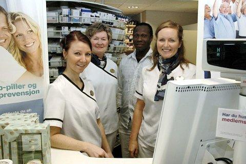BOOTS: Foran fra venstre står Linda Klein Johansen, og Hilde C. Grønvik, de er teknikere, mens Ann Christin Nelson er farmasøyt og Bashir Osuman er apoteker.