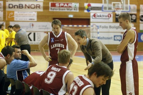 14 STRAKE: Langhus-gjengen sliter tungt i BLNO. Her prøver Frederic Mamen å motivere spillerne sine.