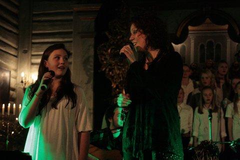 Sofie fra Drøbak Soul Children og Trine Rein sang sammen i Drøbak kirke fredag kveld.