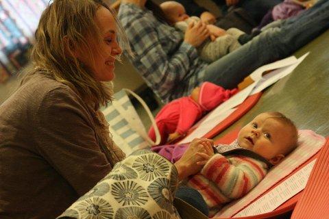 Hildegunn og Linnea Whyte Gaardsø deltar for andre gang på babysang i Drøbak. Linnea kikker nysgjerrig rundt seg når alle stemmer i Lille Petter Edderkopp.