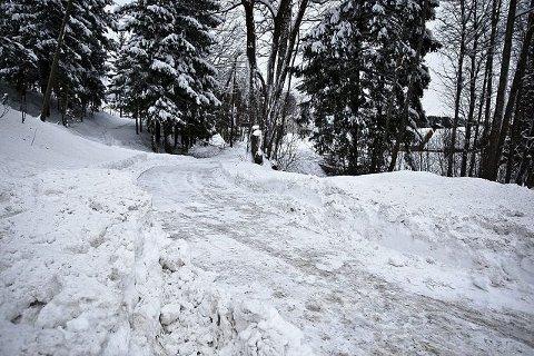 Glatte veier og mye snø preger Drammen.