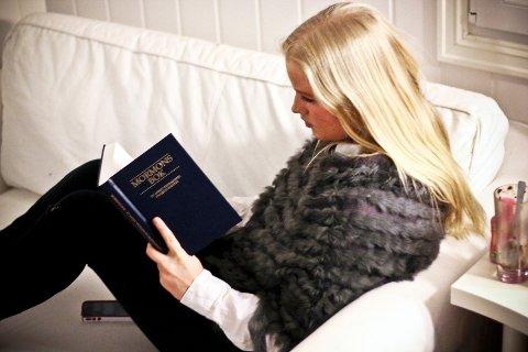I trossamfunnet til Ingeborg Fjelds(17) vertsfamilie, finnes et annet testamente for Jesus. I Mormons bok står det blant annet at man ikke skal bruke tobakk, drikke alkohol, kaffe eller te.