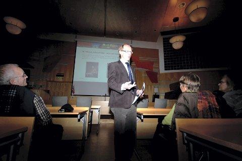 INFORMATIVT: Dag N. Kristoffersens presentasjon torsdag kveld i kommunestyresalen var informativt, men også svært lærerikt. BEGGE FOTO: Jesper Nordahl Finsveen