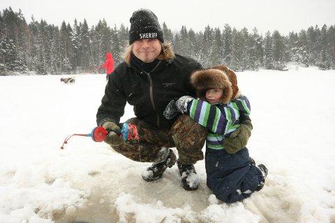 Cirka tredve stykker fant veien til Øvredammen på søndag. Til tross for at det snødde tett og sola ikke viste seg, så koste de fremøtte seg -på isen, og rundt bålet.