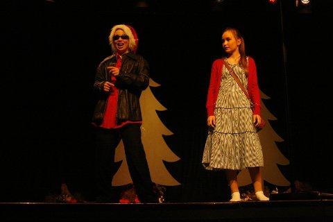 Anine Noren julenissen) og Lena Emilie Bæck (Sara) fikk lattermusklene frem hos publikum.