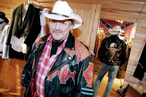 STOLT: Torfinn er spesielt stolt av denne jakken med indianermønster. Jakken, som ble kjøpt i Canada for ti år siden, brukes av 58-åringen på festivaler og til spesielle anledninger.