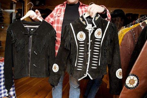 OPPTATT AV DETALJER: Torfinn er glad i å dekorere jakker helt fra bunnen av. Jakken til høyre er et resultat av hans nitid arbeid. De første klærne ble designet av ham for ti år siden.