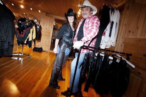 Mens Torfinn og Kari venter på tillatelsen fra kommunen, inviterer de alle interesserte til showrommet i kjelleren.
