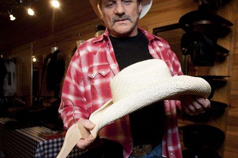 STEFF NEVERS-HATT: – Torfinn er stolt over at Steff-Nevers, som regnes som en av de fremste countryartistene i Norden, har handlet hatter hos ham flere ganger.