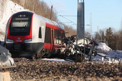 Én skal være kritisk skadd i ulykken på Vestfoldbanen da et togsett sporet av og kolliderte.
