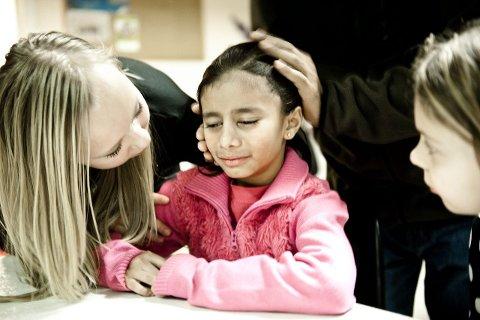 På skolen spør barna om Nimra (8) ikke har foreldre. Fordi de har aldri sett dem. Varme hender og hjerter i Ski gir trøst og håp i en utrygg hverdag.   ALLE FOTO: LISA RYPENG
