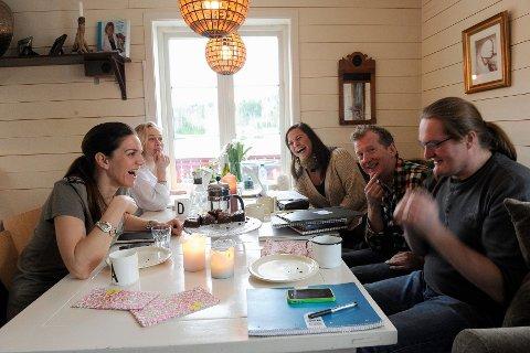 Det er mye søtsaker på bordet når Hvalsommer-gjengen jobber, sier Dorina Marie Eldøy Iversen (i midten), flankert av Cornelia Børnick (fra venstre), Dagrun Anholt, Øyvind Angeltveit og Heljar Berge. Foto: Kurt André Høyessen