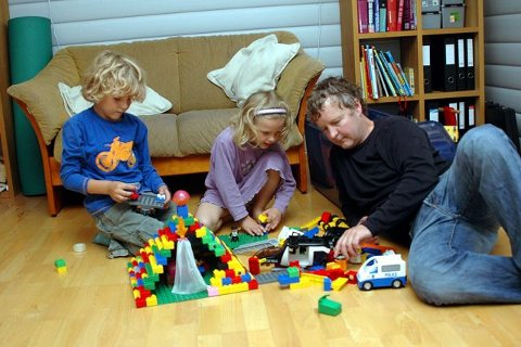 LEKER: Legobygging er noe Ludvik, Ronja og Are Karlsen synes er gøy, sammen.FOTO: TOM ARILD DAHL