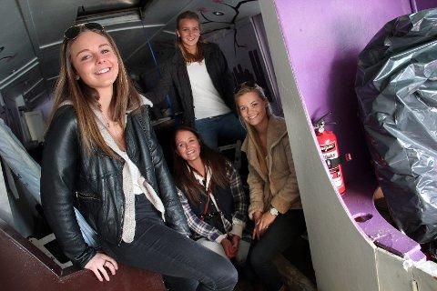 PUSSER OPP: Jentene på russebussen 1Up er  i full gang med oppussing av bussen. Fra venstre: Fia Stoermann-Næss, Ingvild Meland, Anniken Løvstad Hole og Kristin Gjone.