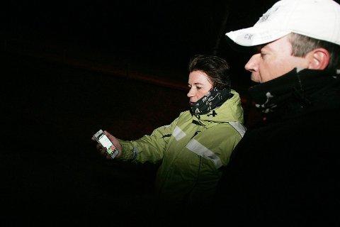 sjekker gps'en: Samboere Yvonne og Stig sjekker distanse og gjennomsnittsfarten på mobilen underveis. Etter 1,6 kilometer ligger gjennomsnittsfarten på 5,4 kilometer i timen.