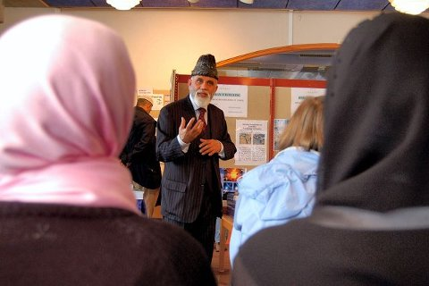 OM JIHAD: – Jihad kjempes ikke med sverd, men med penn og ord, mener Ch. M. A. Virk. Han er ansvarlig for islam-utstillingen på biblioteket som åpnet i går. De mer moderate muslimene i Ahmadiyya Muslim Jama'at (AMJ) mener begrepet Jihad er misforstått. BEGGE FOTO: STIAN ORMESTAD