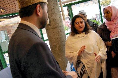 DISKUSJON: – Vanskelig å være muslim i Norge, mener Jamila Qurban (i midten). Hun sliter med å forklare nordmenn hva hun mener islam går ut på. Imam Ch. Shahid Mahmood Kahloon (t.v) er enig. Til høyre Nasra Omar.