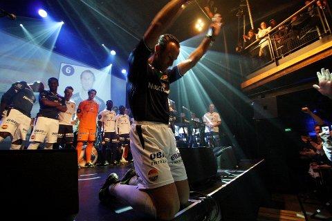 Godset-kaptein Alexander Aas gikk ned på kne foran de jublende supportere.