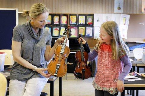 Solveig Kjelsen (9) har vært elev hos Marianne Tomasgård i tre år, og vet forskjellen på hardingfele og vanlig fele. Nå kan hun snart få undervisning i begge deler. FOTO: BJØRN V. SANDNESS