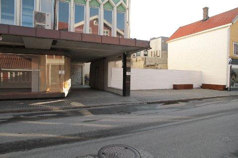 I avhør til politiet har kvinnen fortalt at voldtekten skal ha skjedd i bakgården i Strandgata vis-à-vis Bestastua natt til påskeaften.
