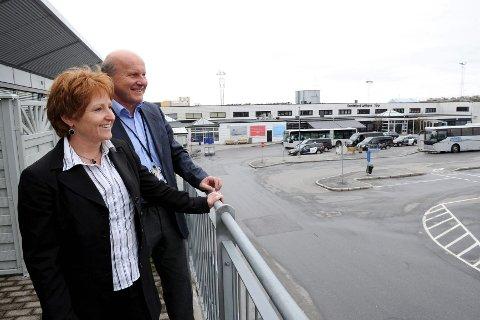 Sandefjord lufthavn Torp scoret høyest av samtlige norske flyplasser i KPMGs barometermåling. Revisor Siv Karlsen Moa og administrerende direktør Alf-Reidar Fjeld synes barometermålingen var svært gledelig lesing. Foto: Per Langevei
