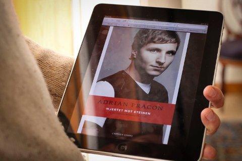 Hjertet mot steinen: Adrian Pracon kjente hjertet banke mot berget da Anders Behring Breivik kom for å skyte ham. Tittelen er også et bilde på Adrian mot Breivik, og Adrian mot hendelsene 22. juli.