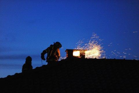 Pipebrann er ikke uvanlig og skyldes ofte fyring med fuktig ved og dårlig trekk. Denne skjedde på Framnes sist høst. Foto: Per Langevei